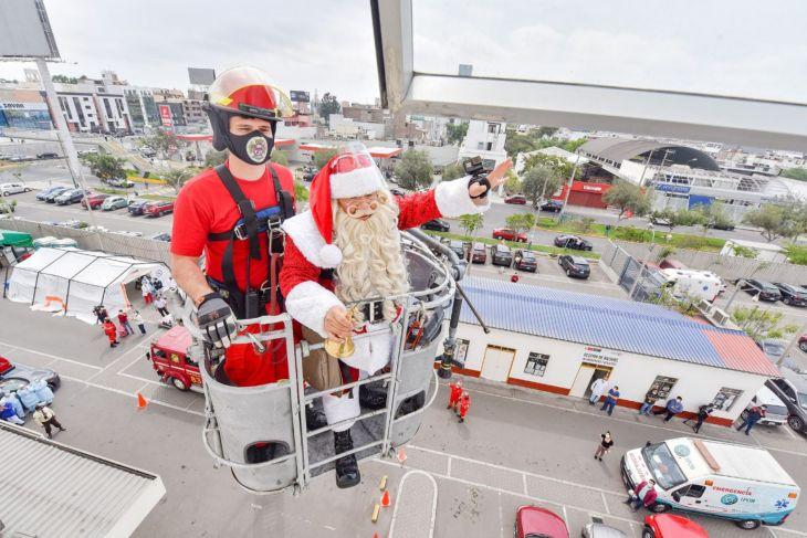 Lima: Papa Noel peruano lleva regalos y alegría a niños del INSN de San Borja