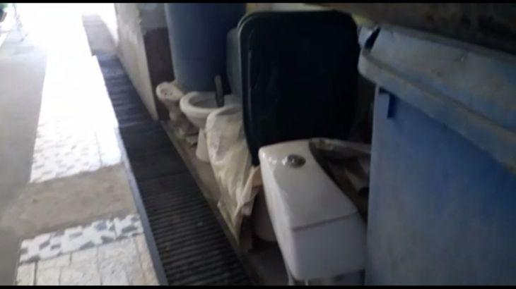 Denuncian que administración del mercado Dos utiliza pasadizo para almacenar inodoros