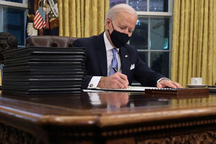 Biden firma una orden ejecutiva para evitar la salida de EE. UU. de la OMS
