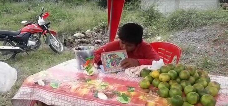 Aprendo en Casa: Dos hermanos menores de edad que ayudan en la venta diaria de frutas a su madre, piden apoyo con equipo celular para hacer sus tareas