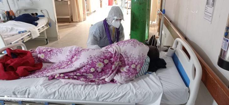 sacerdote Juan Berrú Chinchay visita a pacientes con Covid-19 en el Hospital EsSalud de Tarapoto