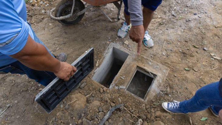 Ciudadana que vive en la cuadra 4 del Jr. Maximiliano Murrieta en el distrito de La Banda de Shilcayo, denunció esta mañana que desde el mes de octubre del año pasado no le atienden con la conexión del servicio de agua potable y desagüe