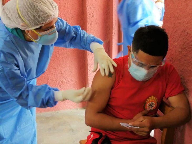 Vacunan con primera dosis a bomberos de Moyobamba