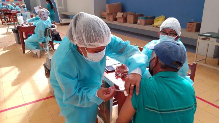 Ministerio de Salud decidirá hoy en qué regiones y a partir de cuándo se iniciará la vacunación para población de 50 a 59 años