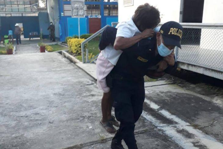 Uchiza: Policía cargó a una persona con discapacidad para que pueda llegar a su mesa de sufragio y votar.