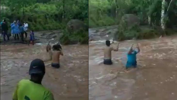 Personal de la Micro Red de Salud de Cuñumbuque cruza río con ayuda de una cuerda para cumplir jornada de vacunación contra la COVID-19
