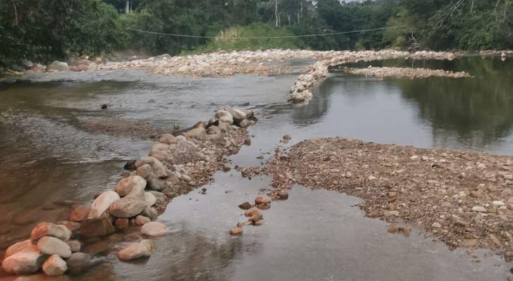 Personas irresponsables colocan barreras de piedras en el curso del río Cumbaza en la zona de San Pedro y San Antonio de Cumbaza