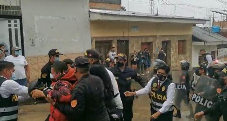 La llegada de Cesar Oscar La Barrera Martínez al local de la DIVINCRI  en Tarapoto fue muy accidentada por la presencia de familiares que trataron de llegar hasta el detenido para increparlo