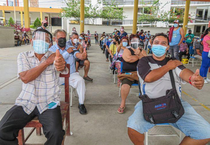 A pesar de apagón en el servicio eléctrico, anoche muchas personas se vacunaron en el  colegio Jiménez Pimentel en Tarapoto