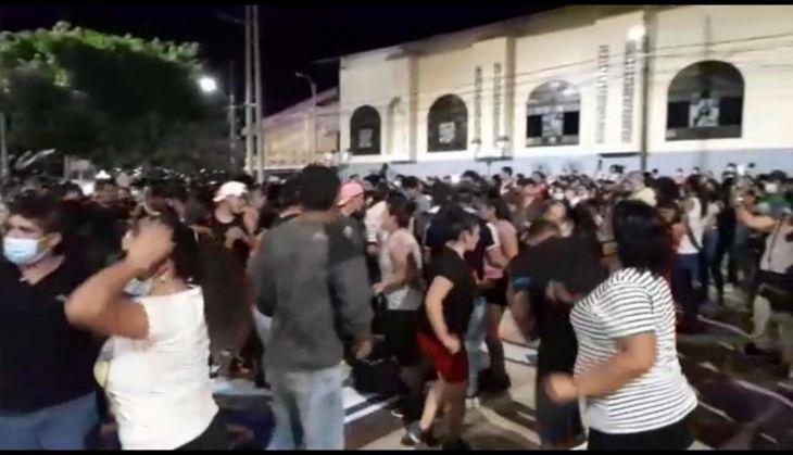 Haciendo caso omiso a cualquier emergencia sanitaria por la Covid 19, anoche en Lamas salieron a bailar al ritmo de la pandilla en el inicio de la Fiesta Patronal