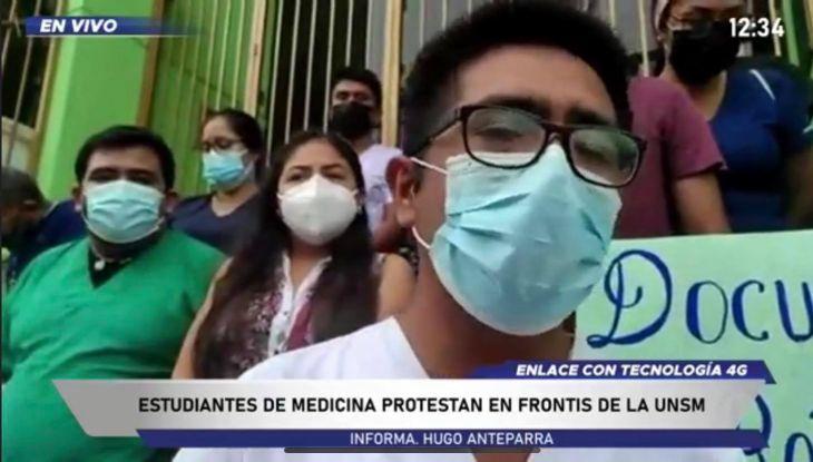 Futuros Médicos protestan frente  al local de la UNSM, exigiendo constancias de egresados