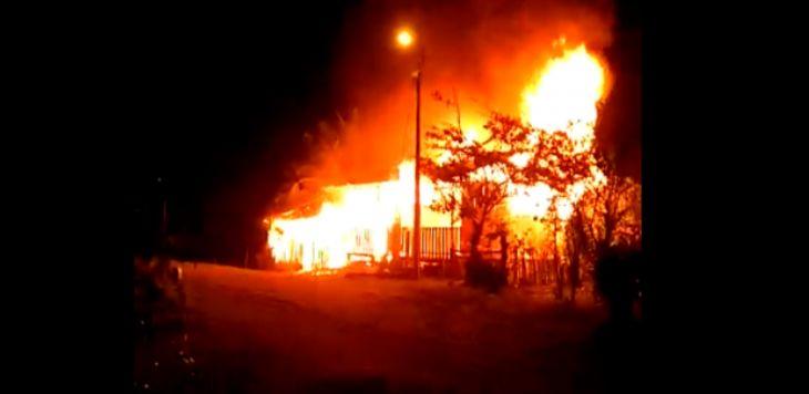 Viuda de 66 años de edad se queda sin vivienda luego de incendio provocado por un corto circuito