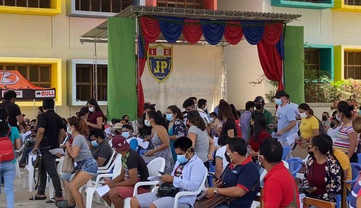 Con la ampliación de vacunación desde los 25 años, Centro de vacunación en Tarapoto, fue abarrotado por jóvenes