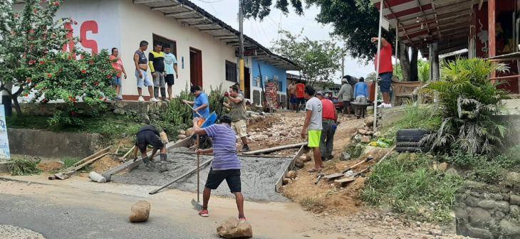 Banda de Shilcayo: Vecinos por cuenta propia pavimentan una pendiente