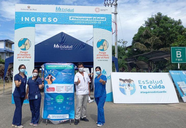 Psicólogos de EsSalud Tarapoto ofrecen orientación y consejería en centro de vacunación, en el marco del Día Mundial de la Salud Mental